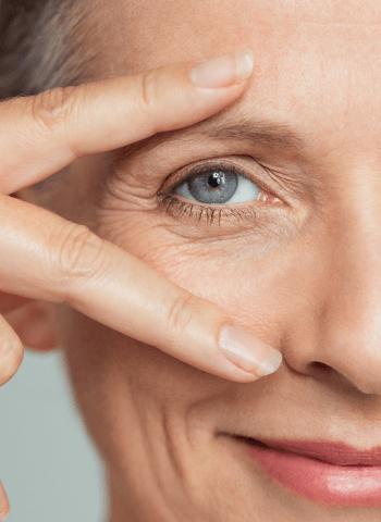 Frau halt sich die Finger ans Auge