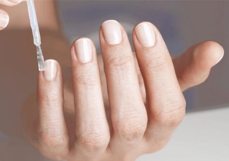 Kitolac wird auf Fingernägel aufgetragen